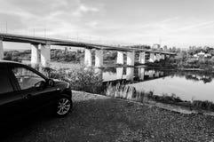 Viaje, coche en la orilla del río imagen de archivo