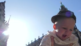 Viaje com bebê, jogos da mamã com o filho bonito no fundo do céu azul no dia ensolarado na rua vídeos de arquivo
