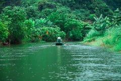 Viaje con el barco entre el río Fotografía de archivo libre de regalías