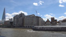 Viaje con un barco turístico en el río Támesis en el centro de la ciudad de Londres en día de fiesta
