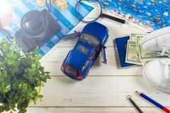 Viaje - concepto Planeamiento del viaje del coche Esencial turístico Espacio para el texto Imagen de archivo libre de regalías