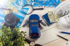 Viaje - concepto Planeamiento del viaje del coche Esencial turístico Espacio para el texto Fotografía de archivo libre de regalías