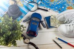 Viaje - concepto Planeamiento del viaje del coche Esencial turístico Espacio para el texto Imágenes de archivo libres de regalías