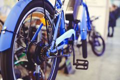 Viaje de automóvel a bicicleta elétrica instalada na roda, roda do motor, tecnologia verde, cuidado ambiental foto de stock