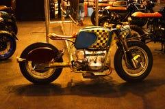 Viaje de automóvel a expo da bicicleta, piloto do café de BMW do velomotor imagens de stock royalty free