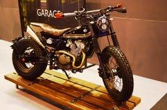 Viaje de automóvel a expo da bicicleta, piloto 200 do café de Suzuki do velomotor imagem de stock