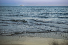 Viaje de automóvel o navio no mar Mediterrâneo em Larnaka, Chipre Imagens de Stock Royalty Free