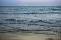 Viaje de automóvel o navio no mar Mediterrâneo em Larnaka, Chipre Fotos de Stock Royalty Free