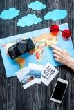 Viaje de cepillado con el niño con el teléfono, las imágenes y el espacio oscuro de la opinión superior del fondo del mapa para e Foto de archivo libre de regalías