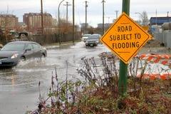 Viaje de coches a través de los caminos inundados Fotografía de archivo libre de regalías