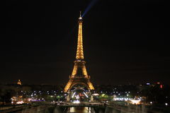 Viaje de Eiffel, encendiendo la noche fotografía de archivo