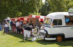 Viaje de Francia La comida exonera el vientre en parque verde, cerca del Buckingham Palace Imágenes de archivo libres de regalías