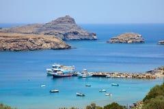 Viaje de Grecia en el verano, bahía hermosa cerca de la ciudad de Lindos de Rhodos fotografía de archivo