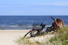 Viaje de la bicicleta en la playa Foto de archivo libre de regalías