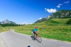 Viaje de la bicicleta en las montañas imagenes de archivo