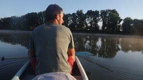 Viaje de la canoa en un río almacen de video