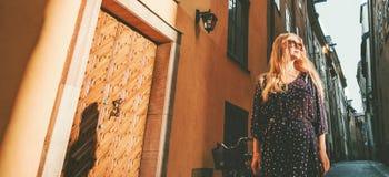 Viaje de la ciudad del viajero elegante de la mujer que camina en Estocolmo foto de archivo libre de regalías