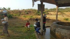 Viaje de la familia al pozo de agua Imagen de archivo