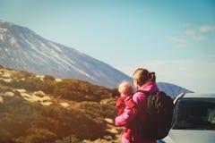 Viaje de la familia de la coche-madre con el bebé en el camino en montañas Fotografía de archivo libre de regalías