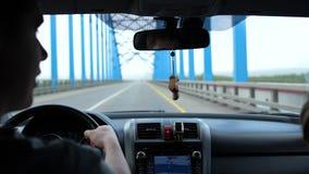 Viaje de la familia en coche Hay una poca lluvia, los pasos del coche sobre el puente sobre el río almacen de metraje de vídeo