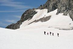 Viaje de la familia en el hielo y la nieve Fotos de archivo
