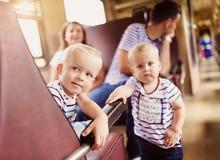 Viaje de la familia en tren fotos de archivo libres de regalías