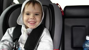 Viaje de la familia ` S de la familia en la carretera Pequeño niño que se sienta en el asiento de carro, seguridad en el camino almacen de video