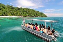 Viaje de la isla coralina en el barco Foto de archivo libre de regalías