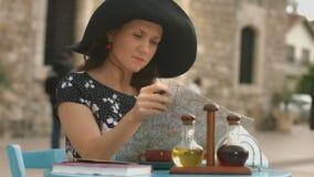 Viaje de la luna de miel del planeamiento de la señora joven, haciendo marcas en el mapa, anotando notas almacen de video