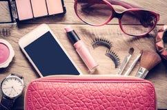 Viaje de la muchacha adolescente, cosméticos, accesorios, maquillaje del equipo Imagen de archivo