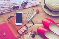 Viaje de la muchacha adolescente, cosméticos, accesorios, maquillaje, los zapatos, el teléfono elegante, bolso, sombrero del equi Fotos de archivo libres de regalías