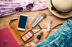 Viaje de la muchacha adolescente, cosméticos, accesorios, maquillaje, los zapatos, el teléfono elegante, bolso, sombrero del equi Imagen de archivo libre de regalías