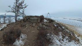 Viaje de la mujer en el hielo del lago Baikal Opinión del Pov Histórico místico del stupa del símbolo burkhan budista único cerca almacen de metraje de vídeo