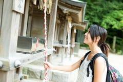 Viaje de la mujer en templo japonés Foto de archivo