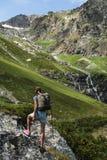 Viaje de la mujer joven con la mochila en montaña Imágenes de archivo libres de regalías