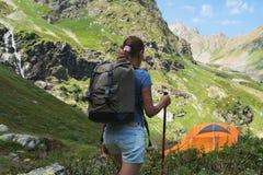 Viaje de la mujer joven con la mochila en montaña Imagenes de archivo