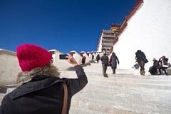 Viaje de la mujer a Tíbet Fotografía de archivo libre de regalías