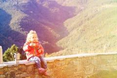Viaje de la niña en las montañas que beben té caliente Imágenes de archivo libres de regalías