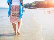 Viaje de la playa - mujer que camina en la playa de la arena Detalle del primer de pies femeninos imágenes de archivo libres de regalías