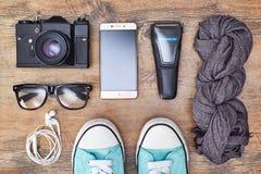 Viaje de la visión superior o concepto de las vacaciones Cámara, smartphone, maquinilla de afeitar, auriculares, zapatillas de de fotos de archivo