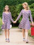 Viaje de las compras de la madre y de la hija Foto de archivo