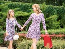 Viaje de las compras de la madre y de la hija Fotografía de archivo libre de regalías