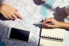 Viaje de las vacaciones del planeamiento con el mapa Visión superior con los accesorios Imagen de archivo