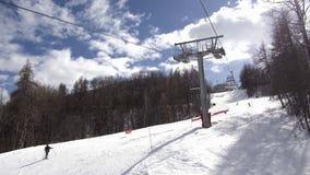 Viaje de las vacaciones de invierno en bosque nevoso en la telesilla almacen de metraje de vídeo