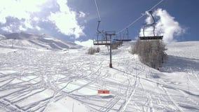 Viaje de las vacaciones de invierno en la telesilla sobre estación de esquí almacen de metraje de vídeo