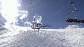 Viaje de las vacaciones de invierno en la telesilla sobre estación de esquí almacen de video
