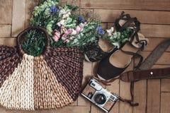 Viaje de las vacaciones de verano wildflowers hermosos en bolso de mimbre y Fotos de archivo libres de regalías
