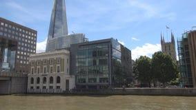 Viaje de Londres con un barco turístico en el río Támesis que tira edificios céntricos