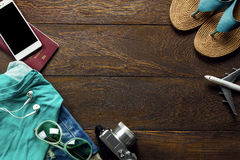 Viaje de los accesorios de la visión superior con el teléfono móvil Imagen de archivo