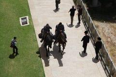 Viaje de los polis con los caballos en Jerusalén fotos de archivo